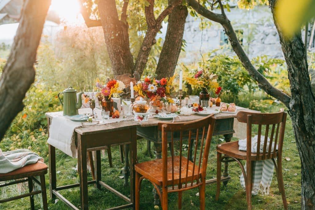 Autumn dinner. Tablescape. Autumn table setting. Autumn table decoration.